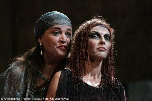 Maida Hundeling und KS Iordanka Derilova zur Premiere Elektra am Anhaltischen Theater Dessau Mai 2009