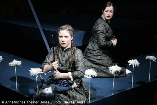 Cornelia Marschall und Hannah Fricke in The Turn of the Screw Anhaltisches Theater Dessau