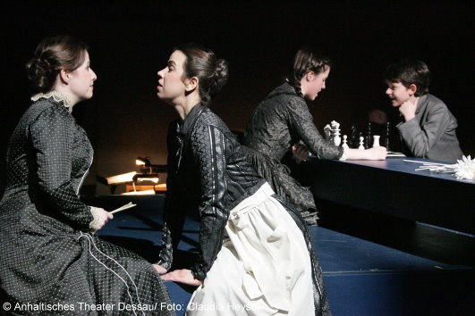 Cornelia Marschall, Sabine Noack, Hannah Fricke und Florian Ott in The Turn of the Screw Anhaltisches Theater Dessau