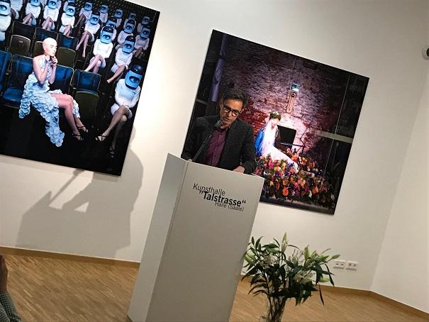 Der Vorsitzende des Kunstvereins Talstrasse e.V., Matthias Rataiczyk, eröffent die Ausstellung.