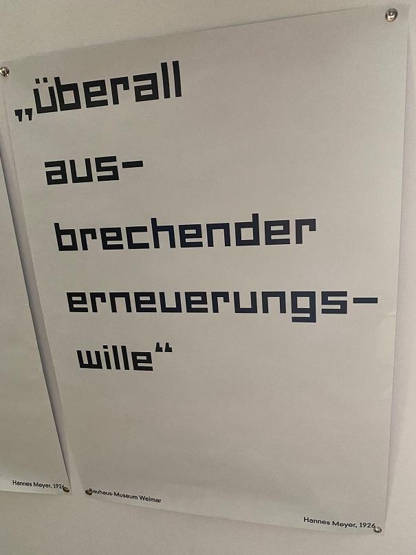 Plakat aus dem Bauhaus-Museum Weimar mit Spruch von Hannes Meyer aus dem Jahre 1926.